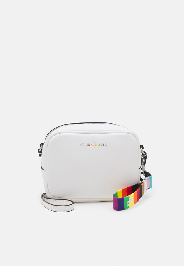 PRIDE SCULPTED CAMERA BAG - Borsa a tracolla - bright white