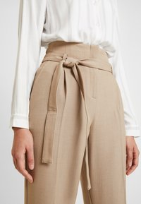 Re.draft - CITY PANTS WITH BELT - Pantalon classique - latte macchiato - 6