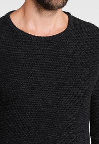 Selected Homme - SHXNEWVINCEBUBBLE CREW NECK - Jumper - anthracite/twisted black - 4