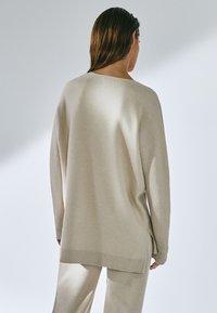 Massimo Dutti - MIT V-AUSSCHNITT - Sweatshirt - beige - 2