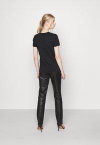 ONLY - ONLNEO FOIL - Print T-shirt - black/sparkle - 2