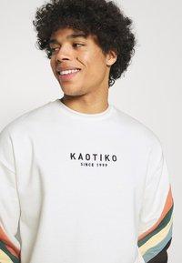 Kaotiko - CREW WALKER UNISEX - Sweatshirt - white - 3