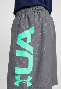 Under Armour - Pantalón corto de deporte - pitch gray/vapor green - 4