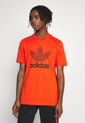 WARMUP TEE - Print T-shirt - black/corang