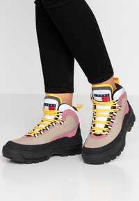 Tommy Jeans - TREKKING FROM THE ARCHIVES - Bottines à lacets - grey - 0