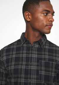 Selected Homme - SLHREGMATTHEW CHECK - Skjorta - forest night - 5