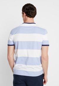 Lyle & Scott - WIDE STRIPE RINGER - T-shirt med print - blue smoke - 2