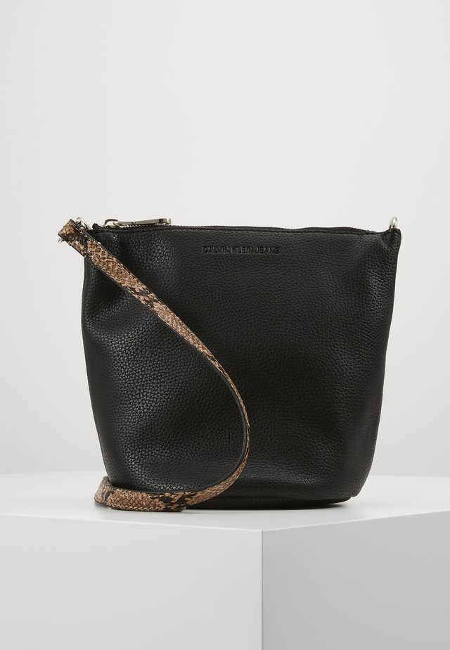 MINI BUCKET PYTHON - Skulderveske - black