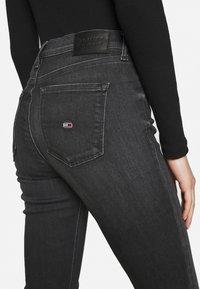 Tommy Jeans - NORA SKINNY ZIP - Jeans Skinny Fit - iris black - 6