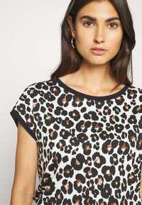 Betty & Co - MASSTAB - Print T-shirt - brown/black - 3