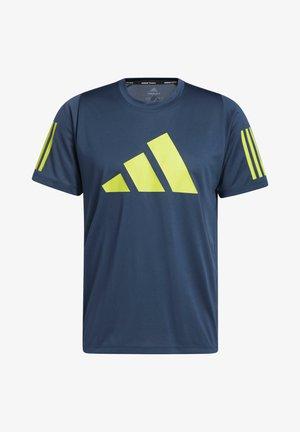 FLEECE 3 BAR TEE DESIGNED4TRAINING PRIMEGREEN TRAINING WORKOUT T-SHIRT - T-shirt z nadrukiem - blue