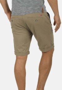 Solid - CHINOSHORTS MONTIJO - Shorts - dune - 1