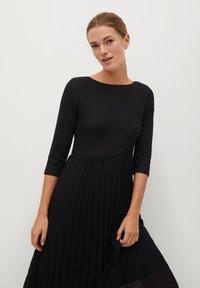 Mango - PLISSÉE - Maxi dress - noir - 2