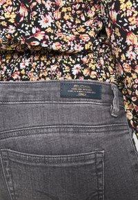 ONLY - ONLCORAL LIFE  - Jeans Skinny Fit - medium grey denim - 4