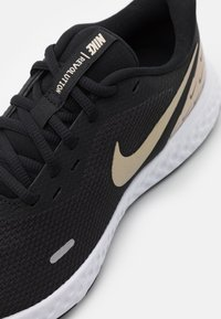 Nike Performance - REVOLUTION 5 PRM - Obuwie do biegania treningowe - black/metallic gold grain - 5