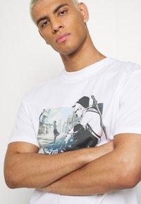 FAKTOR - MANGA TEE - Print T-shirt - white - 4