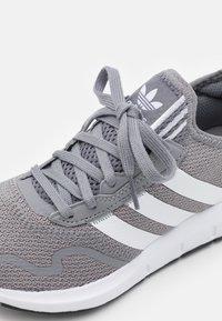 adidas Originals - SWIFT RUN X UNISEX - Joggesko - grey three/footwear white/core black - 5