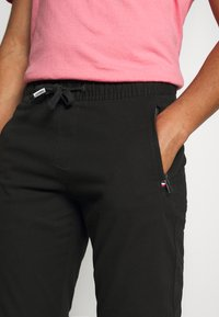 Tommy Jeans - SCANTON JOGGER DOBBY PANT - Pantaloni sportivi - black - 3