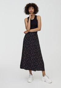 PULL&BEAR - MIT BLUMENPRINT UND BEINSCHLITZ  - Maxi skirt - black - 1