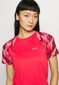 Gore Wear - DAMEN TRAIL TRIKOT KURZARM - T-Shirt print - hibiscus pink/chestnut red - 4
