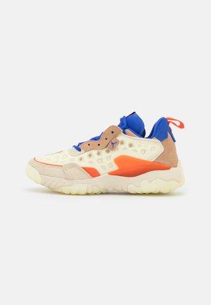 DELTA 2 - Sneakers laag - coconut milk/hyper royal/orange