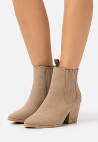 Rubi Shoes by Cotton On Wide Fit - WIDE FIT JOLENE GUSSET BOOT - Stivaletti - taupe - 0