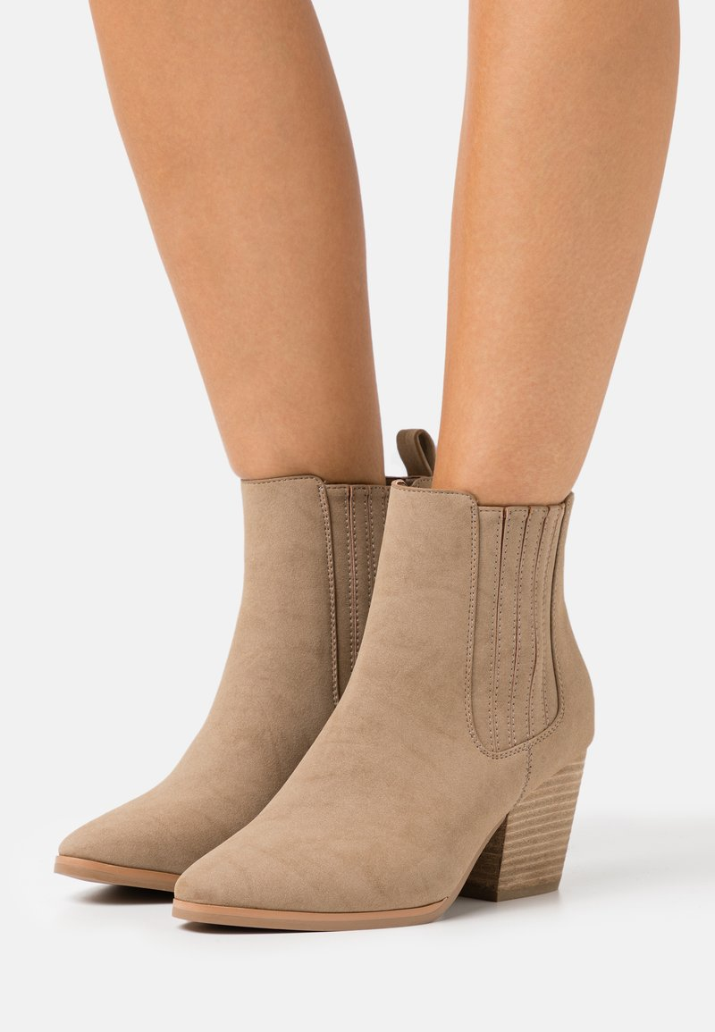 Rubi Shoes by Cotton On Wide Fit - WIDE FIT JOLENE GUSSET BOOT - Stivaletti - taupe