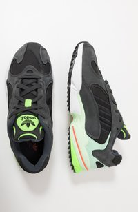 adidas Originals - YUNG-1 TRAIL - Tenisky - carbon/core black/glow green - 1