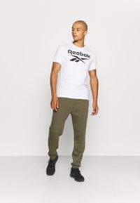 Reebok - IDENTITY - Pantalones deportivos - army green - 1