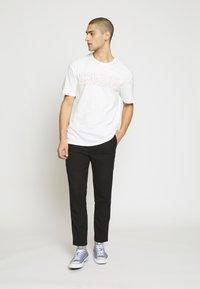 Criminal Damage - VOLATILE - Print T-shirt - offwhite/red - 1