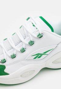 Reebok Classic - QUESTION LOW - Sneakers laag - glen green/footwear white - 5