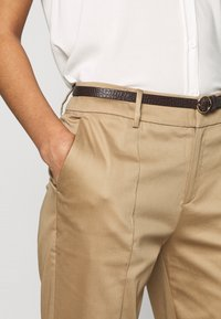 Scotch & Soda - REGULAR FIT WITH STITCHED PLEAT - Chino - sand - 3