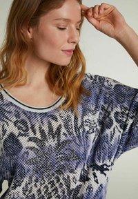 Oui - MIT KURZEN ÄRMELN - Print T-shirt - light grey blue - 3