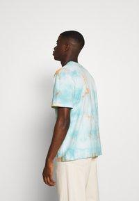 Edwin - MEDITATION - T-shirt con stampa - blue / cantaloupe - 2
