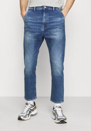 UNIVERSE PANT CROPPED - Relaxed fit -farkut - blue denim