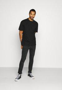 Calvin Klein Jeans - COLLAR INTARSIA TEE UNISEX - Triko spotiskem - black - 1