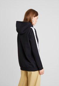 Calvin Klein Jeans - MONOGRAM TAPE HOODIE - Mikina skapucí - black - 2