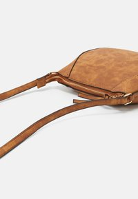 Dorothy Perkins - CURVED - Across body bag - tan - 3