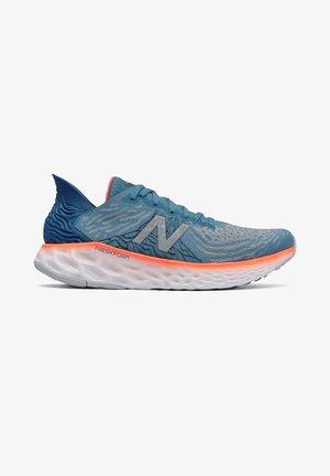 FRESH FOAM 1080 V10 - Neutral running shoes - nb light blue/dynamite