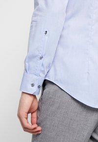 Seidensticker - SLIM FIT SPREAD KENT - Camisa elegante - blue - 5