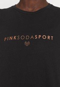 Pink Soda - CORA BOYFRIEND  - T-shirt print - black - 7