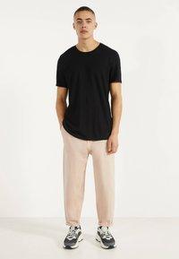 Bershka - MIT RUNDAUSSCHNITT - T-shirt basic - black - 0
