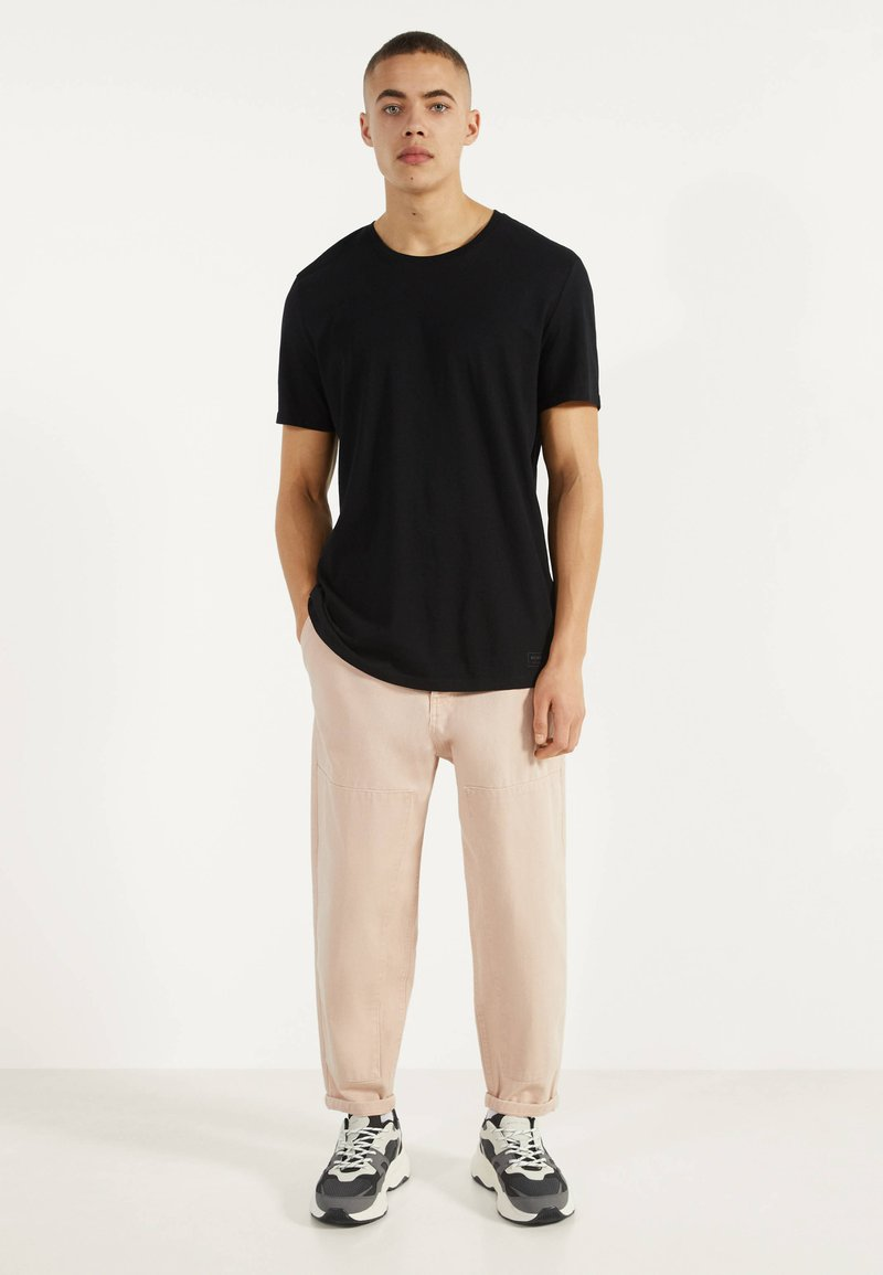 Bershka - MIT RUNDAUSSCHNITT - T-shirt basic - black