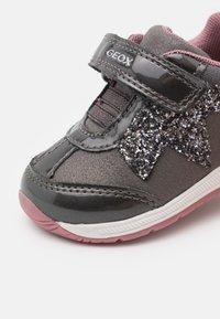 Geox - RISHON GIRL - Sneakers laag - dark grey - 5