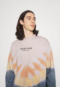 Kaotiko - CREW TIE DYE ENZO UNISEX - Sweatshirt - blue - 3