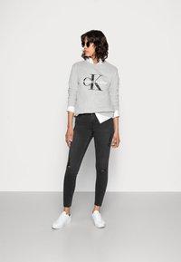 Calvin Klein Jeans - CORE MONOGRAM LOGO - Sweatshirt - light grey heather - 1