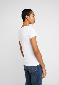 Calvin Klein Jeans - EMBROIDERY SLIM TEE - Jednoduché triko - bright white - 2