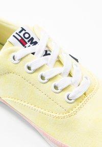 Tommy Jeans - LACE UP - Matalavartiset tennarit - lemon - 2