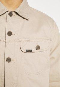 Lee - SERVICE RIDER  - Kurtka jeansowa - sand - 5