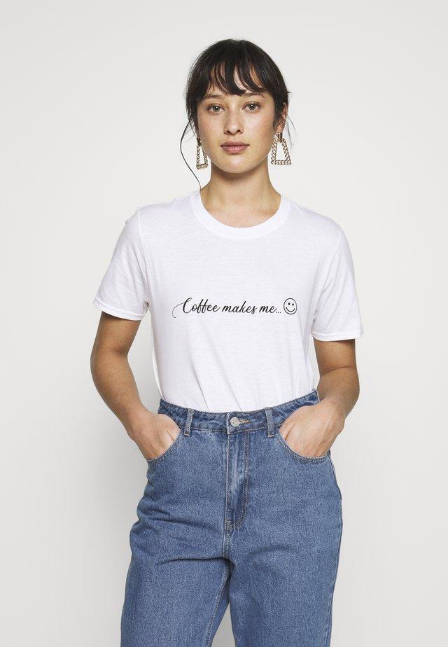 EXCLUSIVE COFFEE MAKES ME SMILE  - T-shirts print - white
